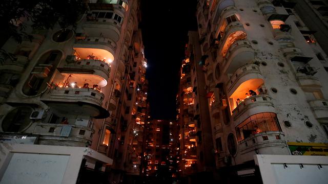 נגיף קורונה הודו מרפסות פרברי ניו דלהי מדליקים נרות (צילום: רויטרס)