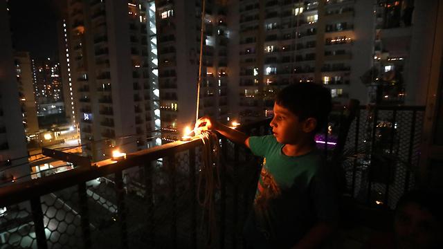 נגיף קורונה הודו מרפסות פרברי ניו דלהי מדליקים נרות (צילום: EPA)