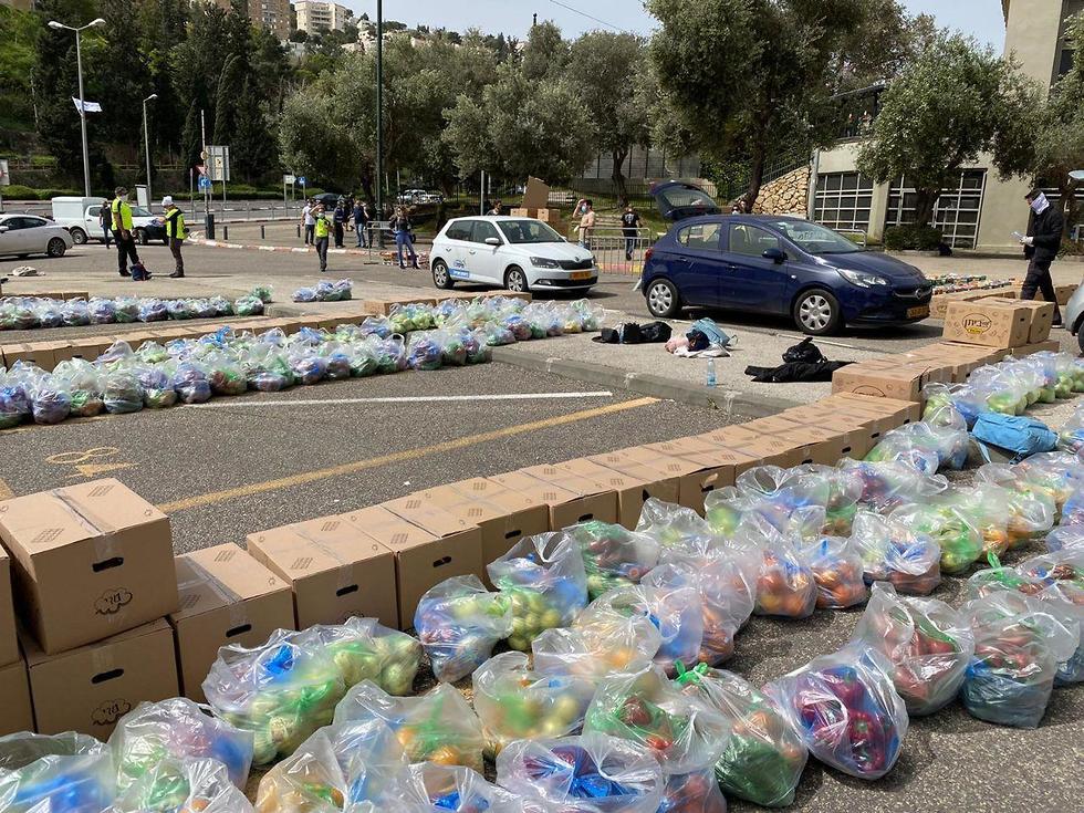 אריזת חבילות מזון בחיפה (צילום: ראובן כהן)