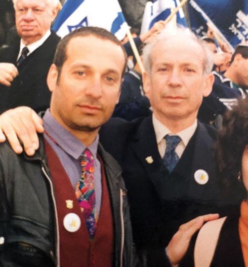 """עם אביו, מרדכי וילוז'ני ז""""ל, בפולין. מתוך הסרט """"אבא'לה בוא ללונה פארק"""" (צילום: אלבום פרטי)"""