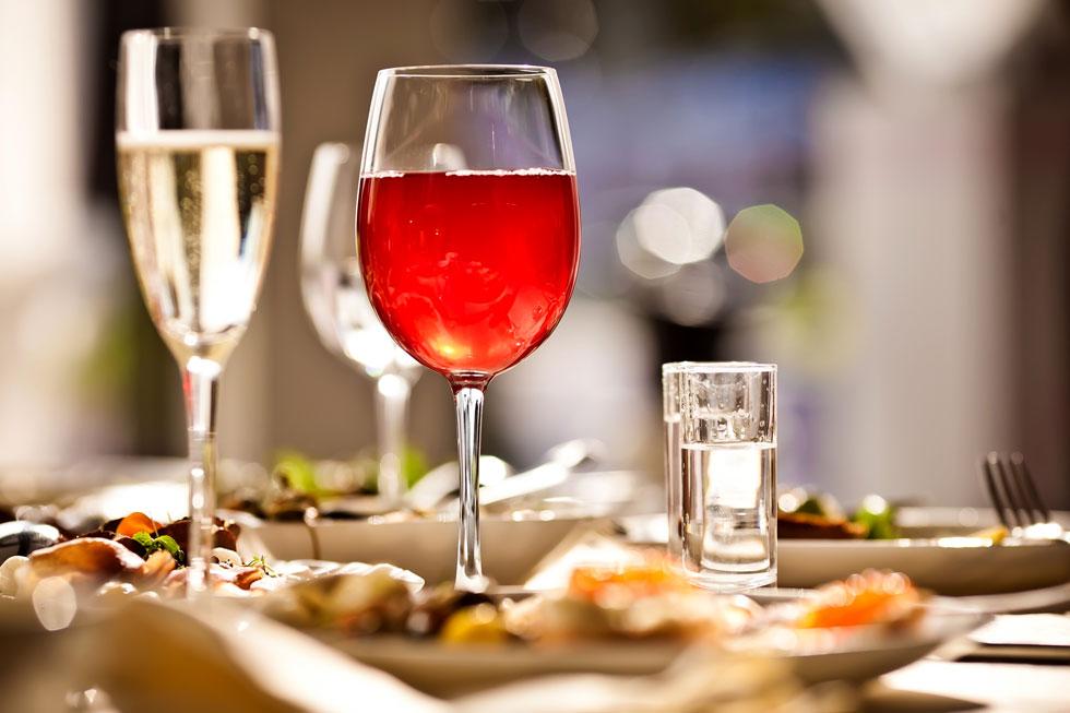 מחקר שפורסם ב־2018 בכתב העת PLoS ONE מצא כי צריכת כמות של עד 210 גרם אלכוהול בשבוע בקרב גברים העלתה את הסיכון ליתר לחץ דם ב־69%  לעומת אלה שאינם שותים אלכוהול (צילום: Shutterstock)