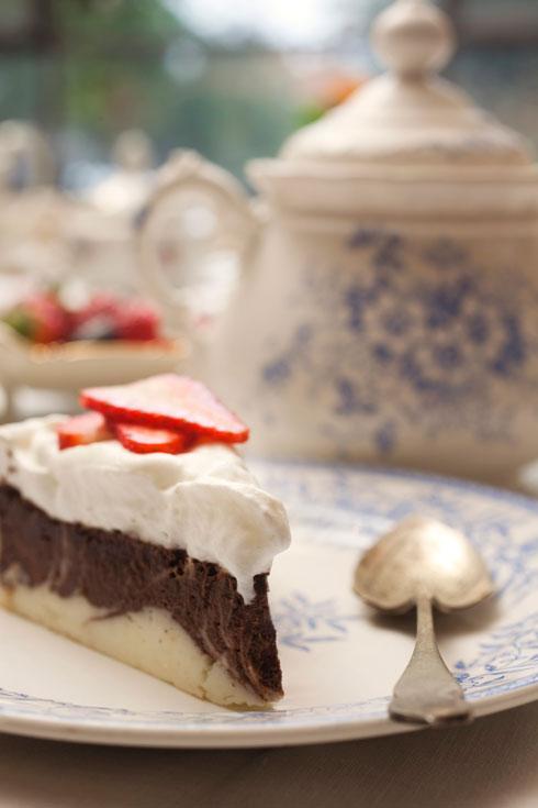 עוגת גבינה-שוקולד עם קצפת  (צילום: רן גולני, סגנון: נעמה רן)