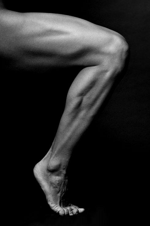 באמצעות הזרקת שומן עצמי ניתן לעצב ולהגדיל את שרירי התאומים ולעבות את השוקיים (צילום: Shutterstock)
