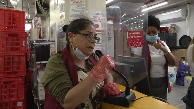 אנשים קונים בסופר בירושלים לקראת חג הפסח בצל הקורונה (צילום: גיל יוחנן)