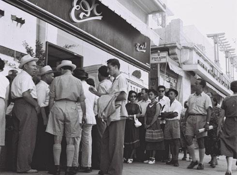 """תור מחוץ לחנות בגדים גם בתל אביב, 1951 (צילום: הנס פין, לע""""מ)"""