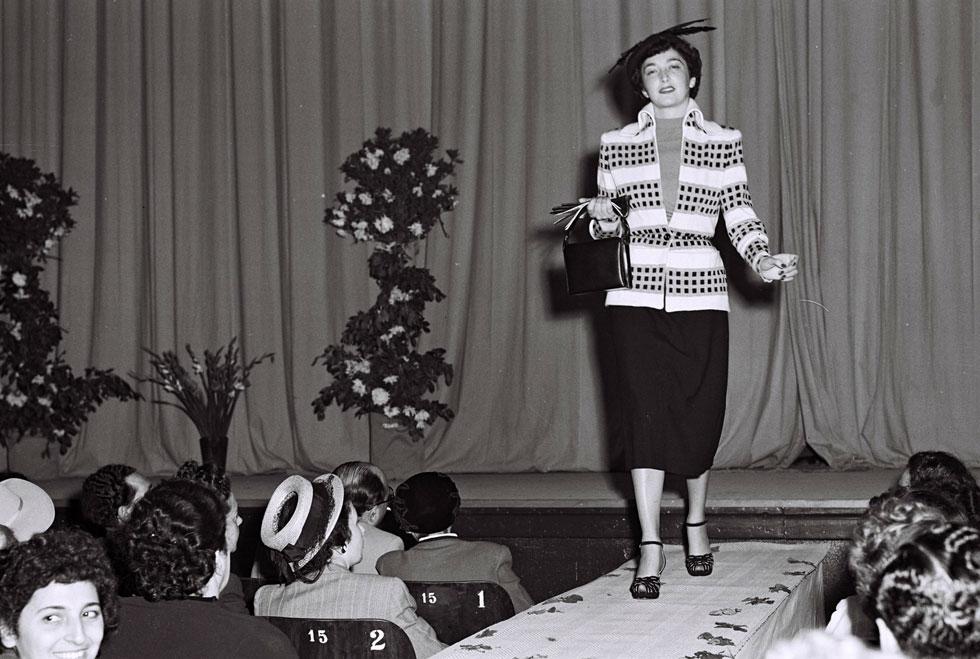 """רגע לפני שהצנע השפיע על האופנה: תצוגת אופנה של איגוד היצרנים בישראל, 1949 (צילום: פריץ כהן, לע""""מ)"""