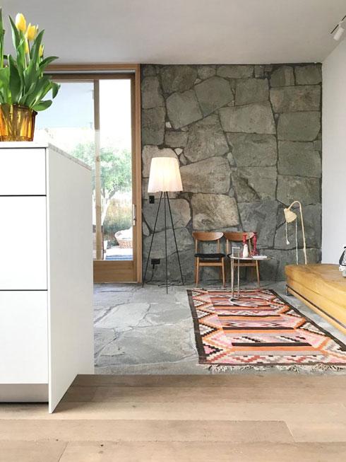 בין הסלון למטבח של זוג האדריכלים נטלי זכרוני ויניב פרדו. ''נקודת תצפית מעולה'' (צילום: יניב פרדו)