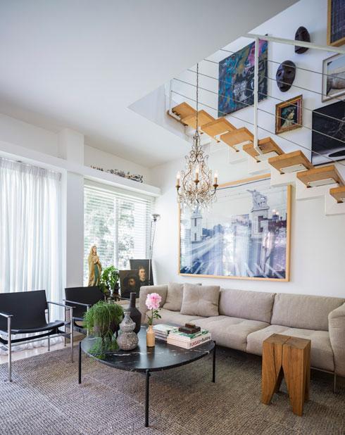 את הסלון של הצלם עמית גרון עיצבה אשתו, מיכל (צילום: עמית גרון)