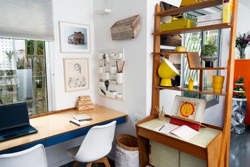 פינת העבודה בביתה של רחלי שרפשטיין היא הלב שממנו ניתן לראות ולשמוע הכל (צילום: הילה מרסל קוק)