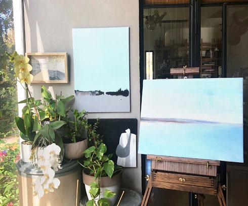 חדר העבודה של שרון נוימן הפך גם לסטודיו לציור (צילום: שרון נוימן)