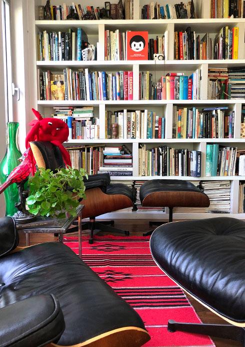 ספרייה בת 16 בבית שני-חי. ''ספרים שהפכו לחברים ותיקים'' (צילום: שרית שני חי)
