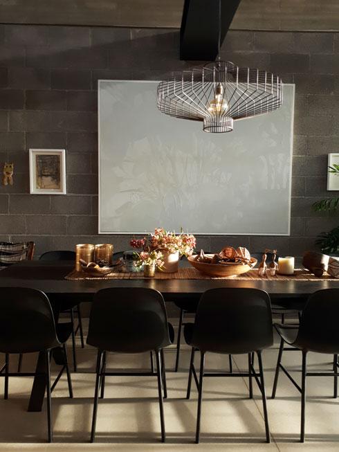 האדריכלית תמר יעקבס-יניב מניחה על שולחן האוכל ענפים שהיאו אוספת בטיוליה הרגליים בשכונה  (צילום: תמר יעקבס)