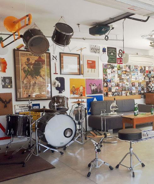 ''בורחים לשמוע מוזיקה''. החניה של משפחת יניב (צילום: עלמה יניב)