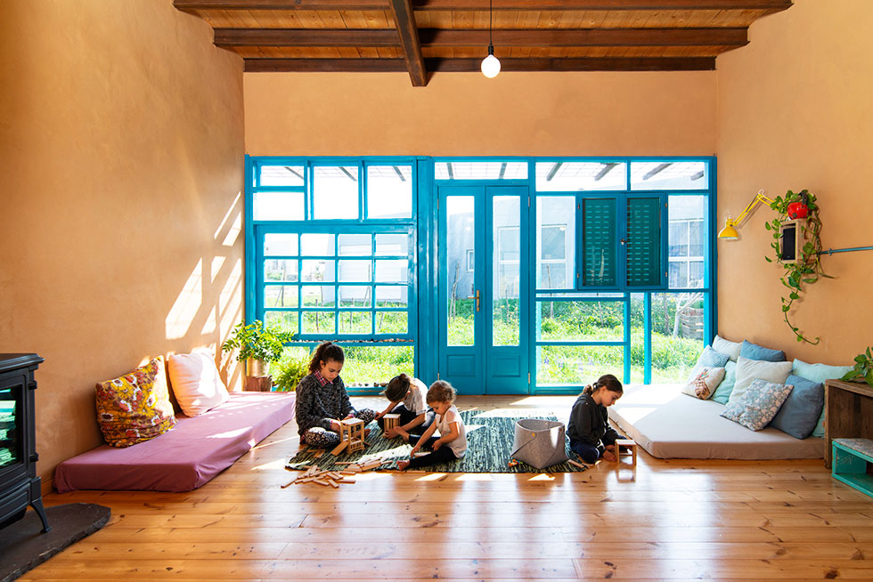 הסלון של האדריכל כפיר וקס, בקיבוץ מבוא חמה. ''בצניעותה, הפינה הזאת מאפשרת לנו לפגוש אחד את השני'' (צילום: דרור ורשבסקי)