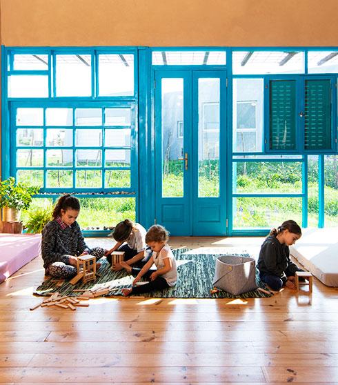 משפחת וקס בסלון. חומרים טבעיים וחלון דרומי (צילום: דרור ורשבסקי)