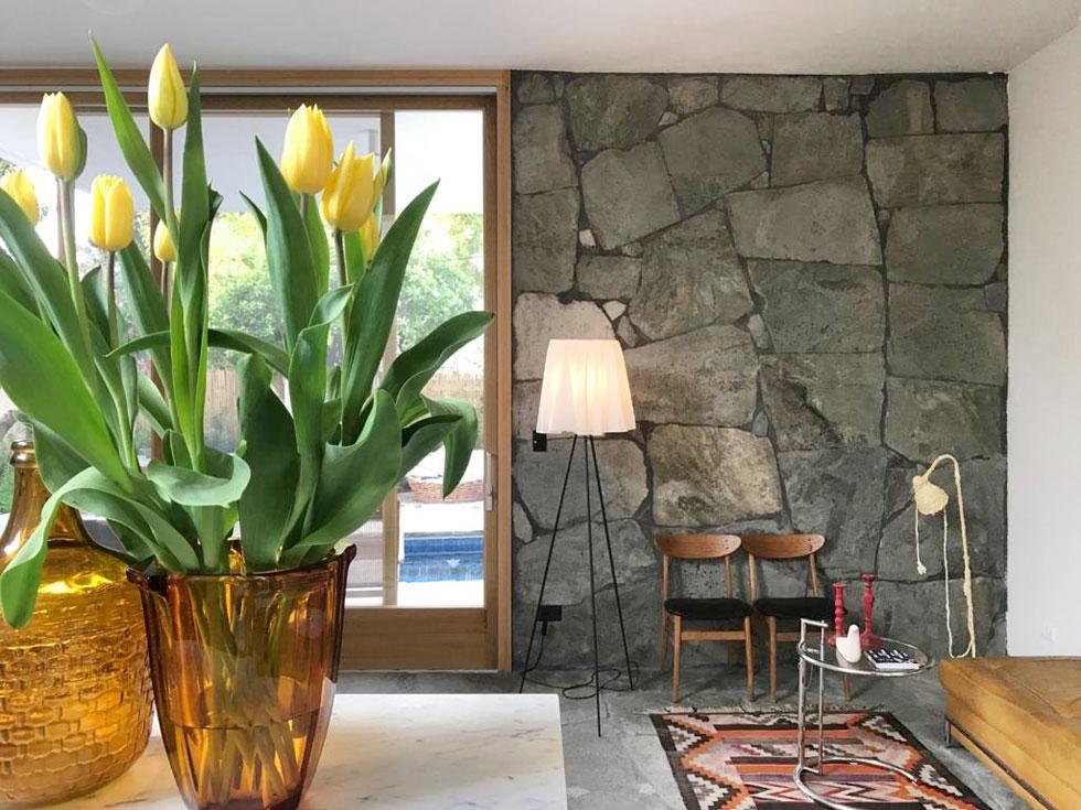 ''כשכולם בבית, אני אוהב לשבת כאן ולצפות בהתרחשות'', מסביר האדריכל יניב פרדו. ''כך אפשר להתנתק מההמולה, ויחד עם זאת להיות בעניינים'' (צילום: יניב פרדו)
