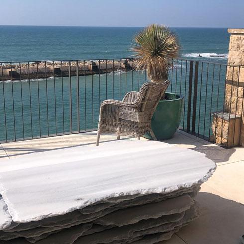 המרפסת של אילן פיבקו, 18 מטרים מנמל יפו  (צילום: אדריכל אילן פיבקו)