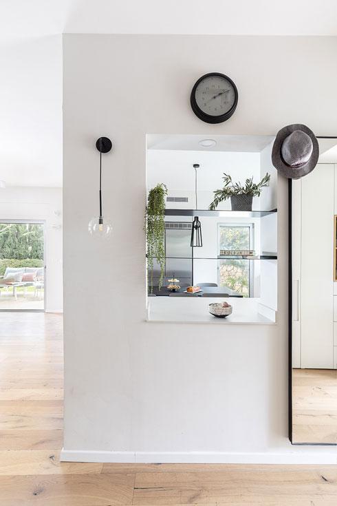 אל המטבח אפשר להציץ כבר ממסדרון הכניסה (צילום: אורית ארנון)