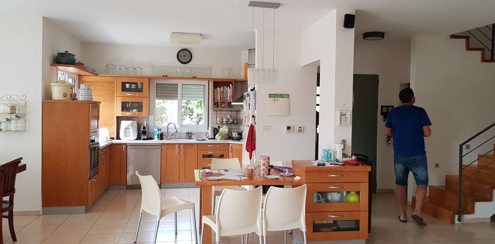 מבט אל הכניסה ואל המטבח, לפני השיפוץ (צילום: מיכל מטלון סטודיו Home Maker)