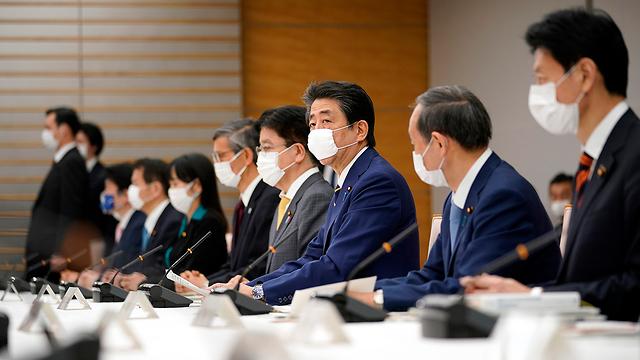 יפן שינזו אבה הכרז על מצב חירום ב טוקיו ובאזורים נוספים בגלל נגיף קורונה (צילום: AP)