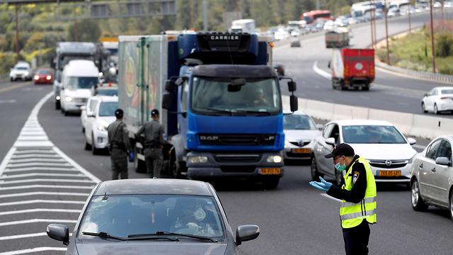 מחסום משטרתי בדרך לירושלים (צילום: רויטרס)