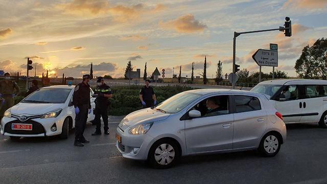 מחסום משטרתי במחלף ראשונים בראשון לציון (צילום: שמוליק דודפור)