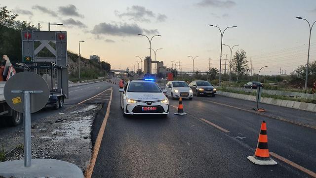 מחסום משטרתי ביציאה מחיפה (צילום: אחיה ראב