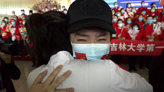 שדה תעופה צוותים רפואיים עוזבים את ווהאן אחרי הסרת ה סגר סין (צילום: AP)