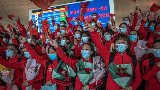 שדה תעופה צוותים רפואיים עוזבים את ווהאן אחרי הסרת ה סגר סין (צילום: EPA)