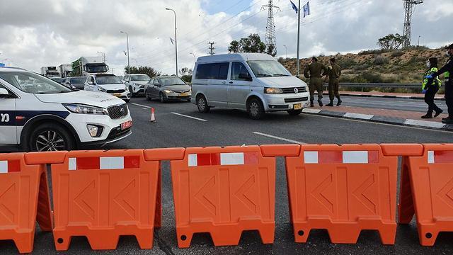 המשטרה נערכת לקראת ערב החג בצל הקורונה בצומת גורל בבאר שבע (צילום: בראל אפרים)