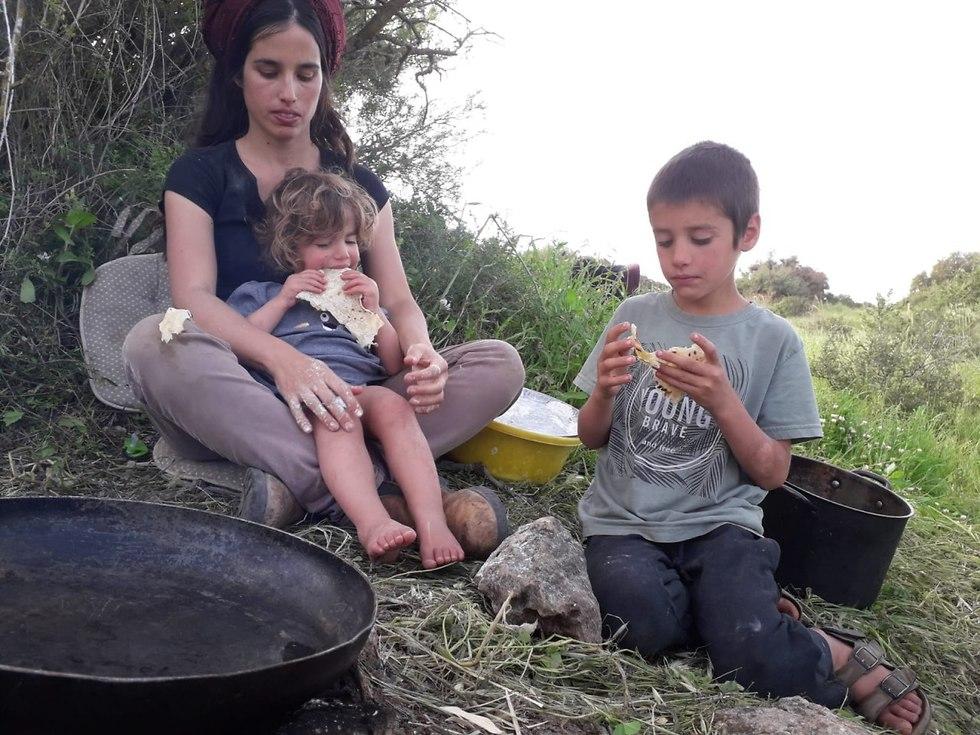 הביאו קצת אוכל מהבית ואת היתר הם מלקטים (צילום: מיכה חנונה)