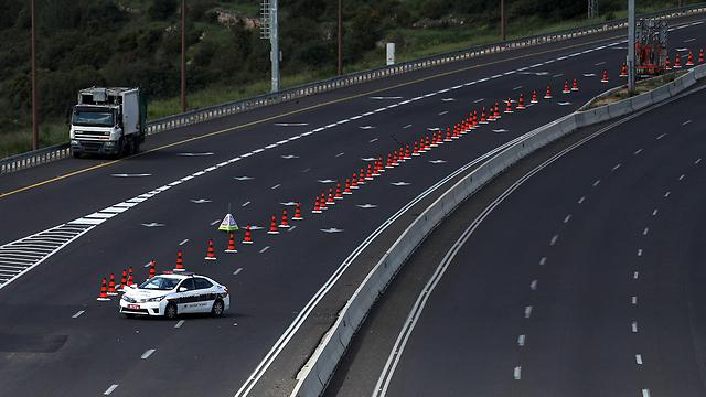 מחסום משטרה בכביש 1 (צילום: AFP)