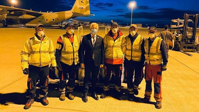 שגריר ישראל בקפריסין סמי ראבל מקבל את ההרקולס של חיל האוויר בלרנקה ()