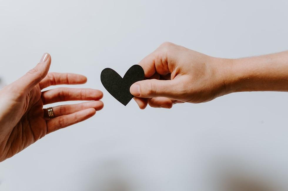 יד מושיטה ליד אחרת לב עשוי מלבד ()