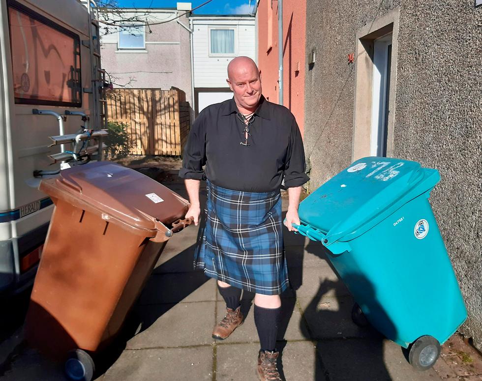 נגיף קורונה תופעה מתלבשים יפה לגרור פחי זבל סקוטלנד סטיוארט קנינגהאם (צילום: AFP, Courtesy of Stuart Cunningham)
