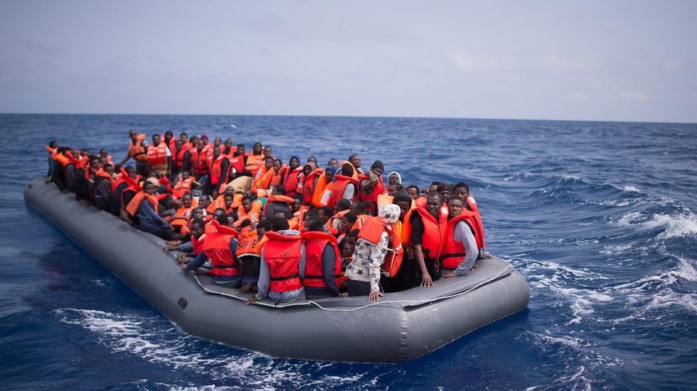 פליטים מבקשי מקלט בסירה בדרך לאירופה  (צילום: EPA)