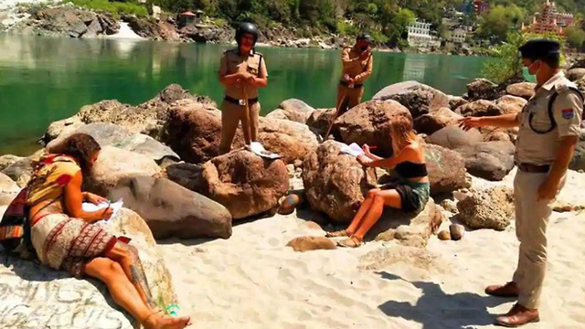עונש ל תיירים ב רישיקש ב הודו על הפרת הסגר ()