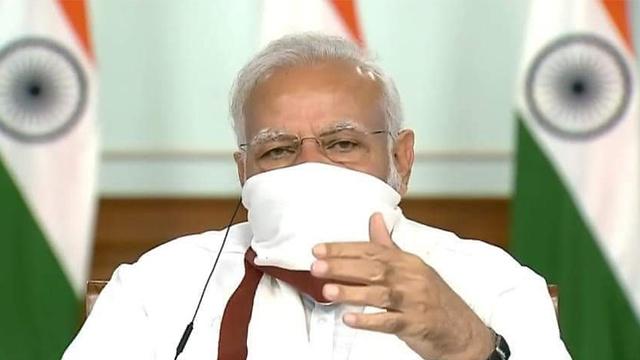 נרנדרה מודי ראש משלת הודו עם מסכה  ()