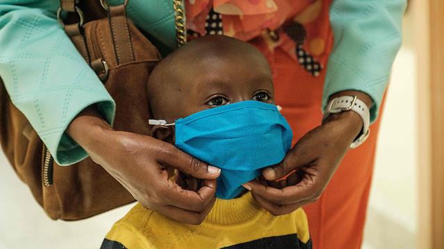 מסכה מסכות ב ניירובי קניה נגיף קורונה אפריקה (צילום: AFP)