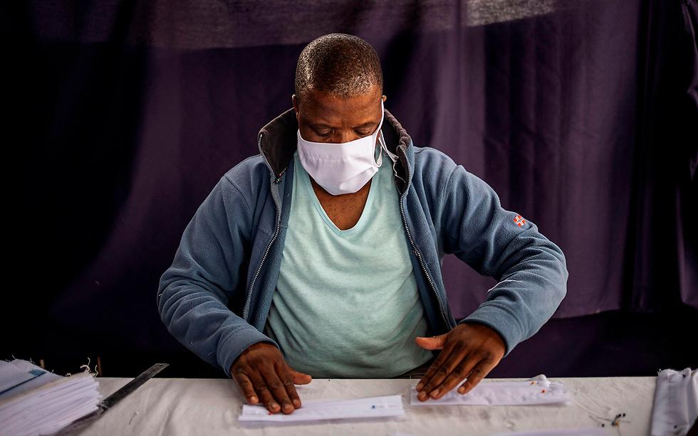 מסכות מסכה ב יוהנסבורג דרום אפריקה נגיף קורונה (צילום: AFP)
