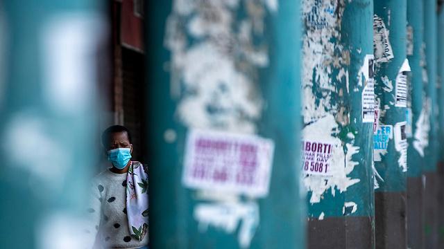 מסכות מסכה ב יוהנסבורג דרום אפריקה נגיף קורונה (צילום: AP)