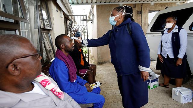 מסכות מסכה ב דורבן דרום אפריקה נגיף קורונה (צילום: רויטרס)
