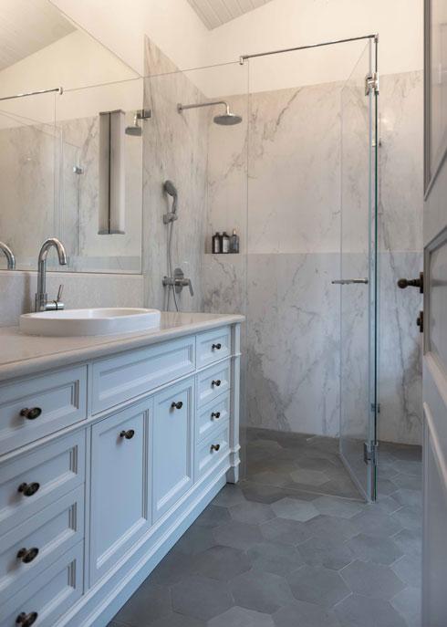 בחדרי הרחצה אין אמבטיות  (צילום: גלעד רדט)