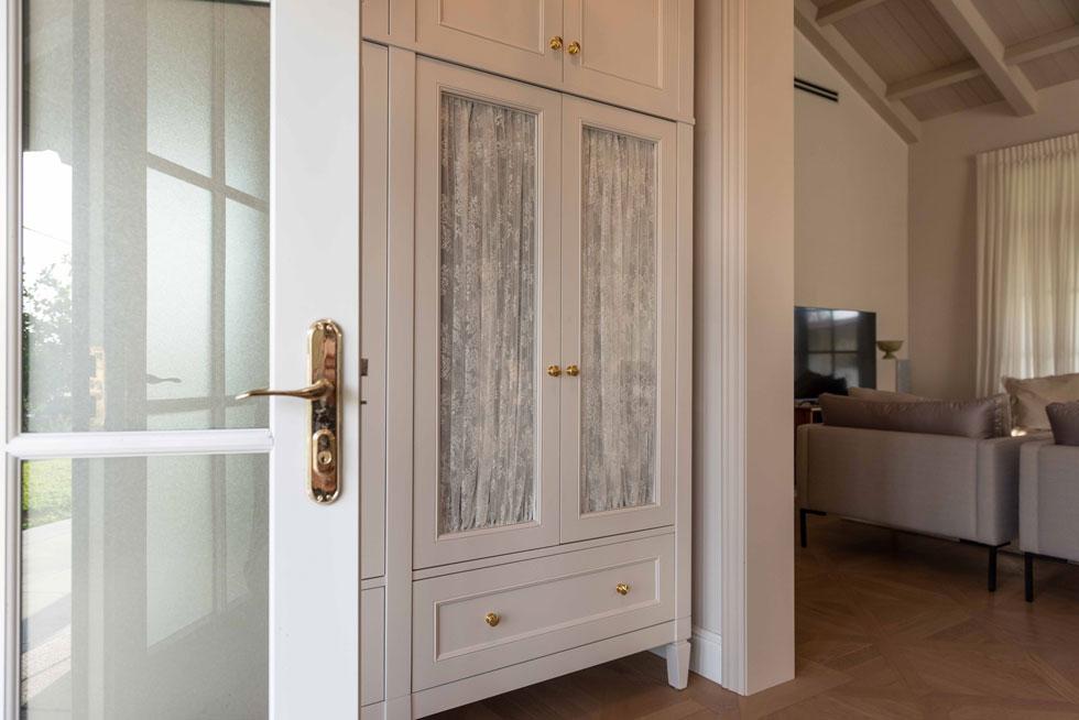 הדלת נפתחת למבואה נוחה עם ארון גדול, שכמותה זכרה לסלי מבית ילדותה בטורונטו (צילום: גלעד רדט)