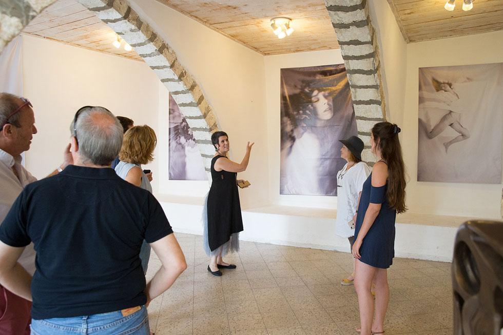"""תערוכה מעבודותיה שהוצגה בעין הוד לפני כשנה. """"להנכיח את המצולם, לא רק לצלם אותו"""" (צילום: אלבום פרטי)"""