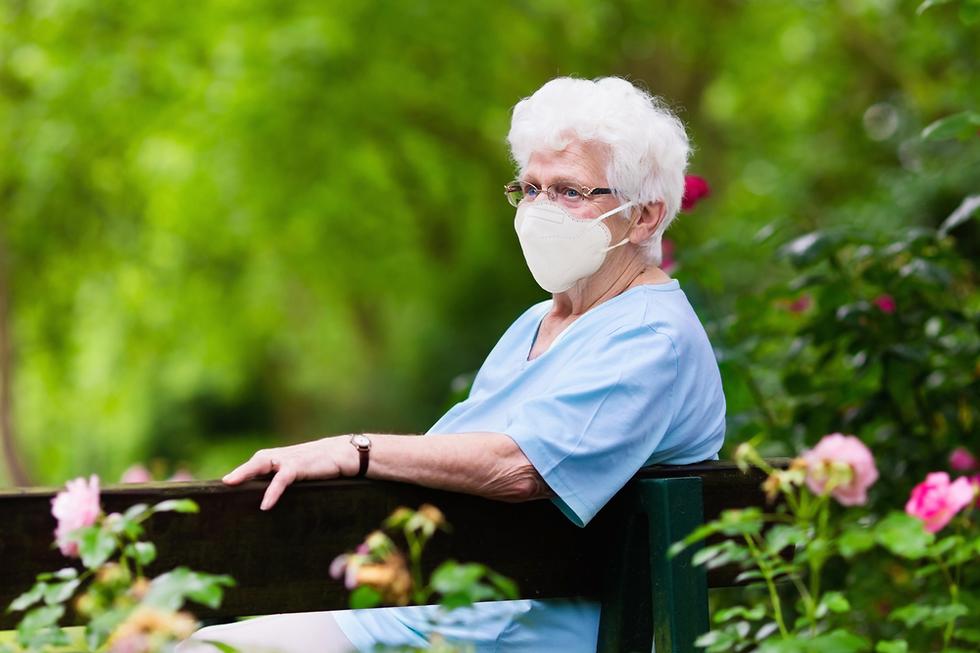 אישה מבוגרת עם מסכת מגן נגד קורונה (צילום: Shutterstock)