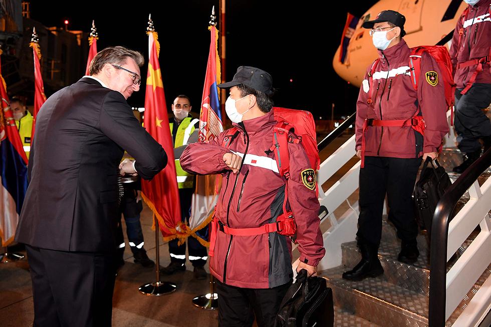 נגיף קורונה סין סרביה בלגרד נשיא סרביה אלכסנדר ווצ'יץ' מקבל רופאים סינים בלגרד (צילום: AFP)