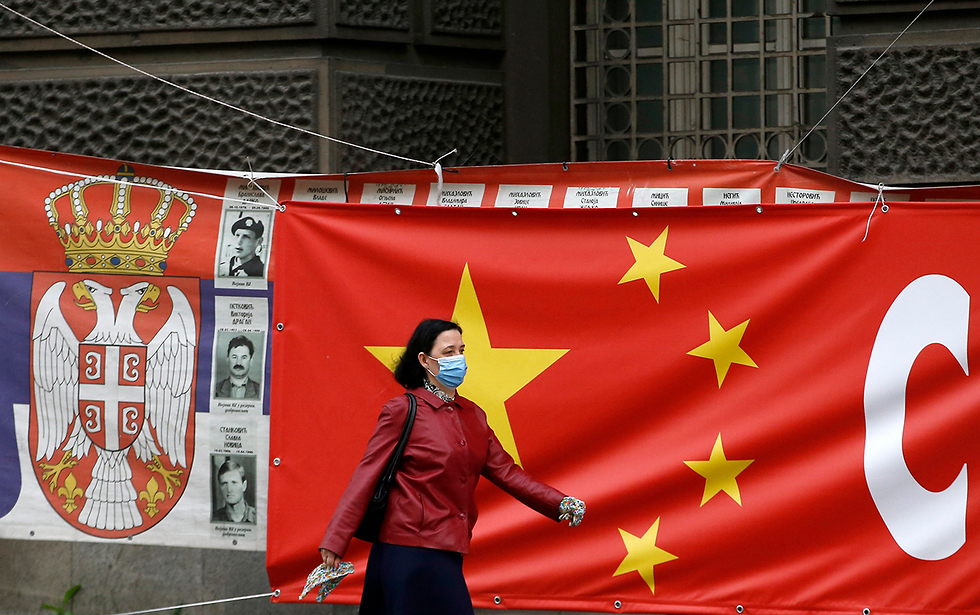 נגיף קורונה סין סרביה דגלי המדינות ב בלגרד (צילום: AP)