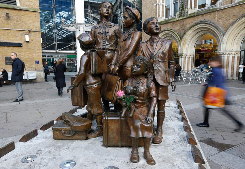 בתחנת ליברפול סטריט בלונדון, היעד הסופי של המסע, הוצבה לימים אנדרטה שמנציחה את המבצע. שמות הילדים הוכרזו באולם התחנה, ולכל ילד ניגשה המשפחה המאמצת שלו. פריץ קאהן היה הילד הראשון (צילום: AP)