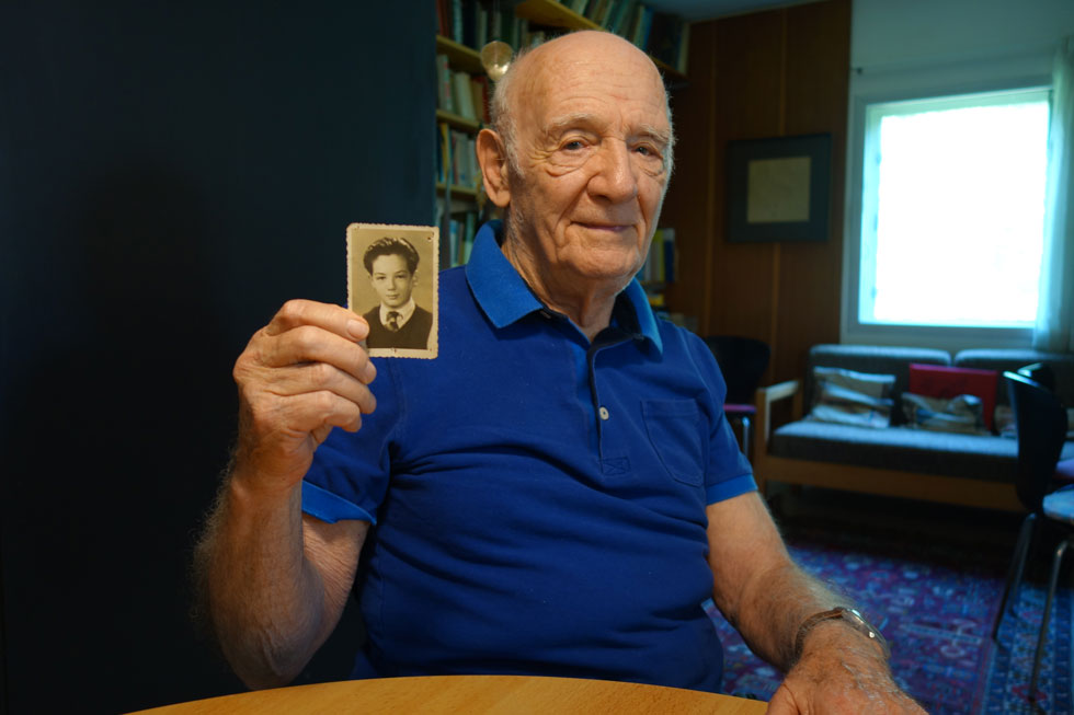 בן 92, פרדי כהנא מחזיק בתמונה שנשארה איתו מאז, כאשר קראו לו פריץ קאהן. ההורים דחסו אלבום תמונות למזוודה, יחד עם בגדים חמים וספרים, ונפרדו מבנם (צילום: מיכאל יעקובסון)